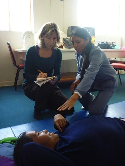 Veronica relate l'historique médical de cette patiente hémiplégique, suites d'un AVC, avant la séance de shiatsu