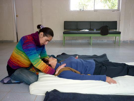 mission shiatsu perou beatrice bernard mai 2010 ; séance de shiatsu ; étirement de la nuque