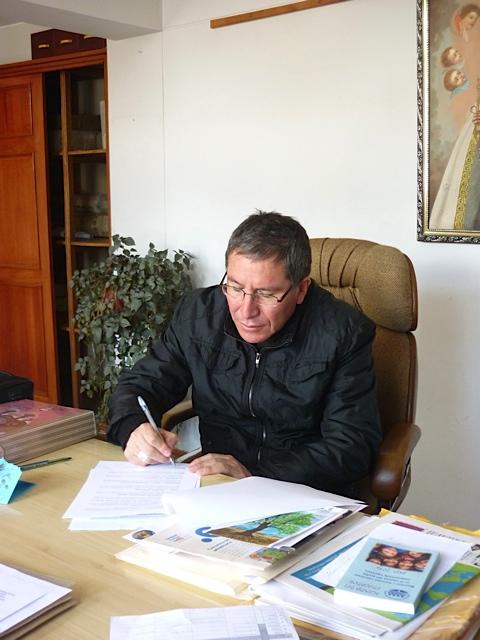 L'évêque de Sicuani signe la convention.